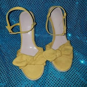 Yellow wedges with a bow